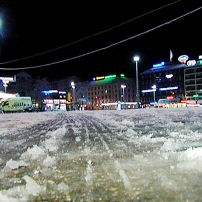 Väg betäckt med snö och is