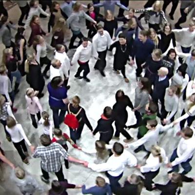 Folkdansare dansar i Helsingfors i februari 2016.