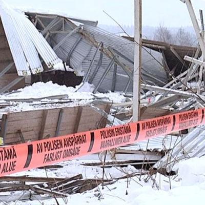 Taket rasade i Laukas ridmanege 2013