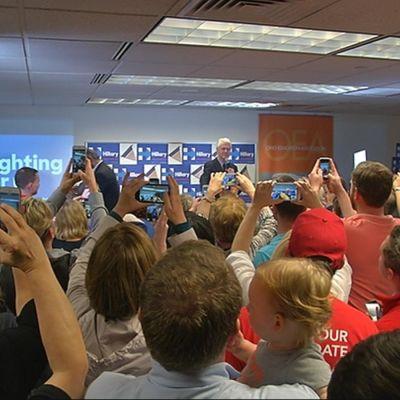 Bill Clinton för kampanj för Hillary under primärvalet.
