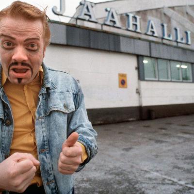 Heikki Silvennoinen esittää Matti Näsä -hahmoa Kummeli-sarjassa.