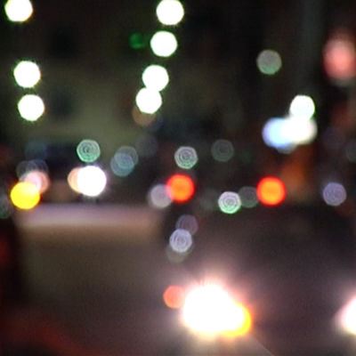 Billykta och gatulampor i mörker.
