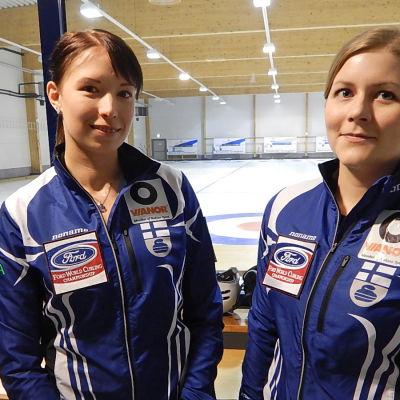 Prisma Studio kutsui testiin kaksi suoruuden ammattilaista, Suomen curlingmaajoukkueen Milja Hellstenin ja Jenni Räsäsen.