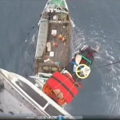 Argentinsk sjöman hissas upp i räddas av en helikopter.