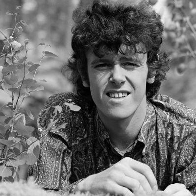 Folklaulaja Donovan koivunvarpujen keskellä Ohimennen-ohjelmassa 1966.