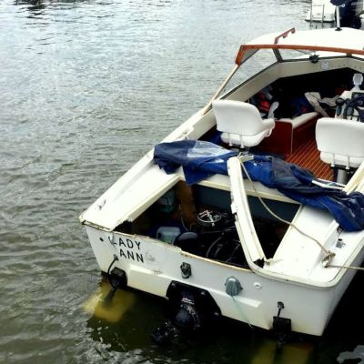 skadad motorbåt