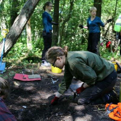 Frivilligarkeologer gräver i ett före detta tyskt soldatläger i Hangö
