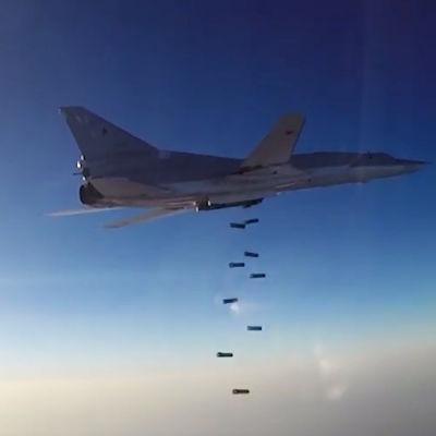 Jaktplan (Tupolev Tu-22M) fäller bomber över Aleppo