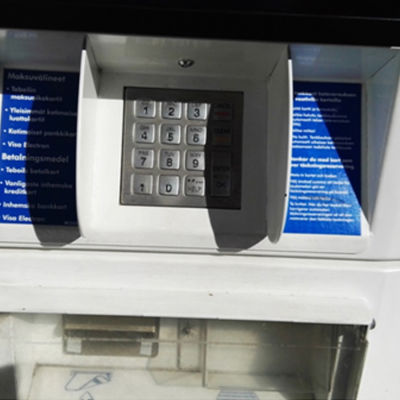 Skimmingsmaskin installerad på bankomat