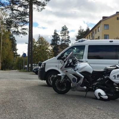 Polisbil invid flyktingförläggningen i Otanmäki.