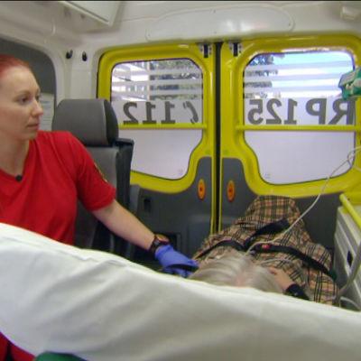 kvinnlig förstavårdare i ambulans