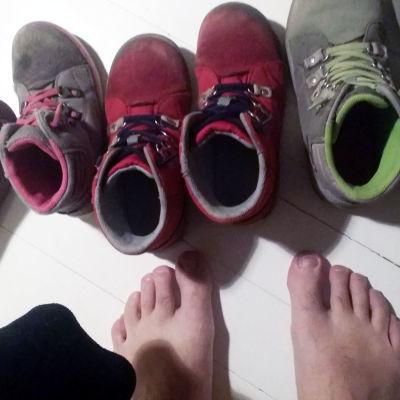 lasten kenkiä ja miehen jalat