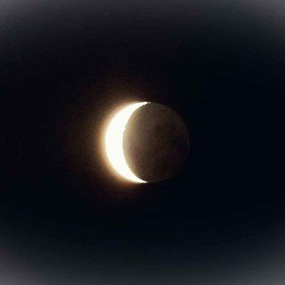 kuun sirppi yötaivaalla