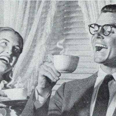 mies ja nainen nautiskelevat elämästä ja kahvista mainosmaisen täydellisesti