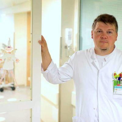 Markus Granholm poserar i en sjukhuskorridor.