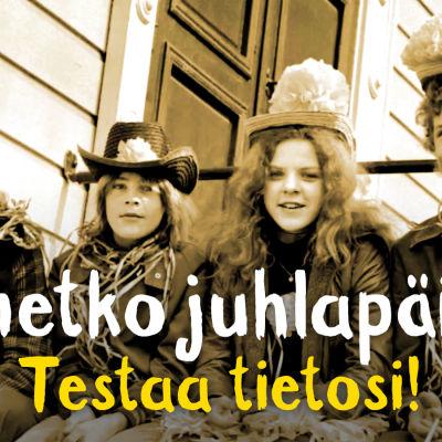 Mustavalkoinen kuva, jossa neljä nuorta juhlijaa hassut hatut päässä.
