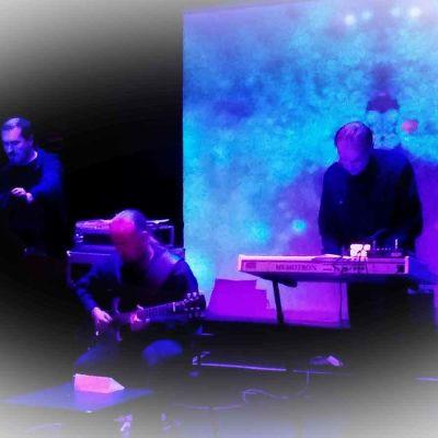 Elektroninen yhtye pimeällä lavalla