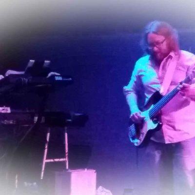 Kaksi muusikkoa lavalla.