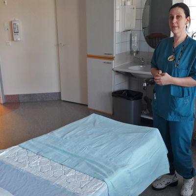 Barnmorska i en förlossningssal.