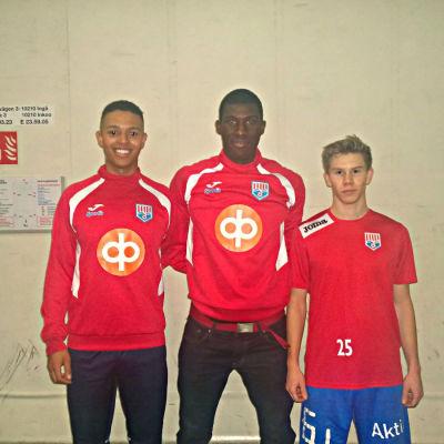 Bongaly Kouyate, Alieu Ceesay och Teemu Lammi står vid en vägg.