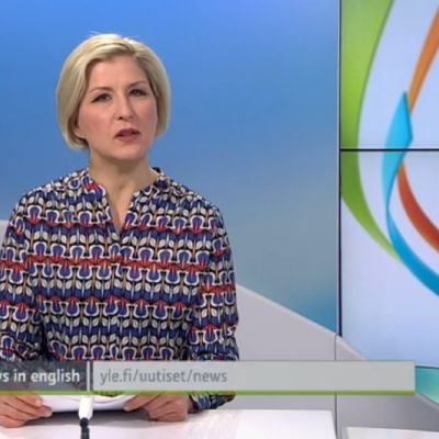 nainen studiossa lukee uutisia