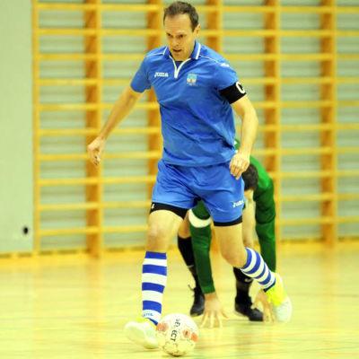 Tom Enberg springer med bollen i fötterna.