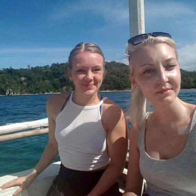 Elina och Janina vid havet i Filippinerna.