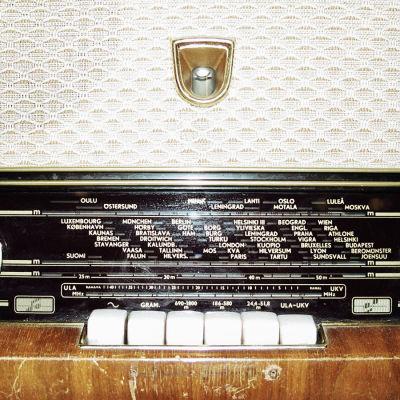 Vanhan putkiradion etupaneeli säätimineen.