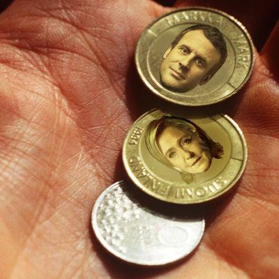 En redigerad bild med Emmanuel Macrons och Marine le Pens ansikten i finska marks mynt.