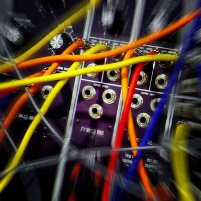 Elektronisen modulaarisen äänisyntesoijan kytkentäjohtoja