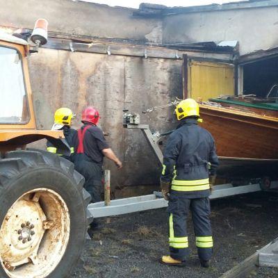Jocke Lybecks träbåt räddas ur brinnande hall i Hattula i Borgå.