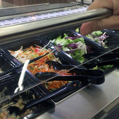 Det finns kvalitetsproblem i mataffärernas salladsbarer.