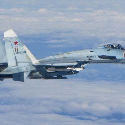 Sukhoi 27 fotograferad från en RAF Typhoon 2014