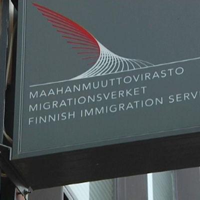 Skylt med ordet Migrationsverket på finska, svenska och engelska.