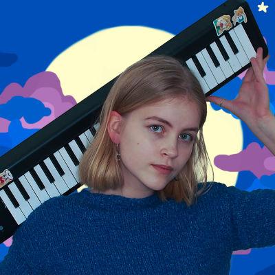 Vaaleahiuksinen nuori mies katsoo suoraan kameraan syntetisaattori hartioillaan. Kuvan taustana on piirretty yömaisema: kuu ja sitä ympäröivät siniset pilvet.