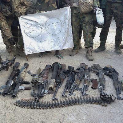 En arkivbild på vapen som nigeriansk militär beslagtagit från jihadister i delstaten Borno.