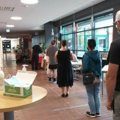 Ihmisiä jonottaa vaalipaikalle Kankaanpäässä