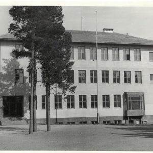 En svartvit bild av den nybyggda Virkby samskola.
