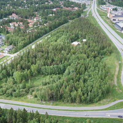 Stenkilen där Vasa stad planerar bygga bland annat ett sexton våningar högt hus. Vapenbrödrabyn till vänster och Stenhaga affärsområde till höger i bild. Huset skulle placeras nära sydspetsen, som på bilden ligger längst upp.