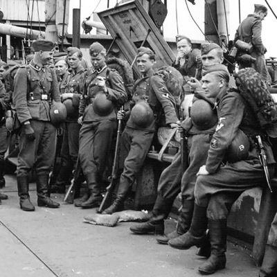 Suomalaisia SS-sotilaita Warthe-laivan kannella paluumatkalla Tallinnasta Hankoon