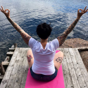 Jenny Belitz-Henriksson yogar på brygga.