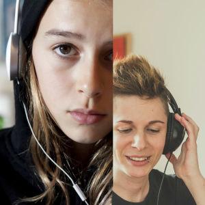 Fyra människor lyssnar med hörlurar på huvudet.