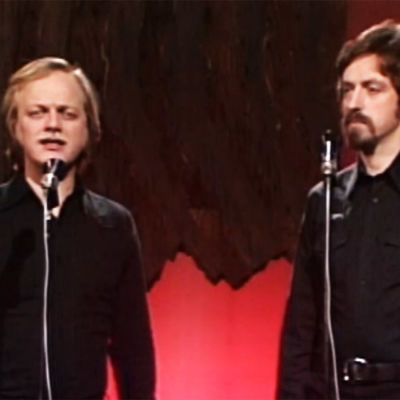 Agit-Propin Pekka Aarnio ja Martti Launis esiintyvät ohjelmassa Aika vaatii – sydän vastaa vuonna 1977.
