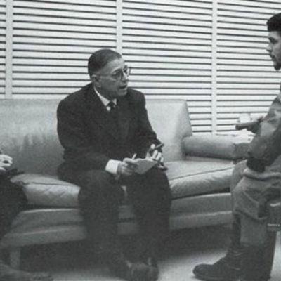 foto på Che, jean-paul sartre, simone de beauvoir som diskuterar