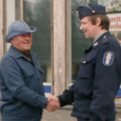 Kemin korttelipoliisi Pentti Hiukka tervehtii kadulla miestä