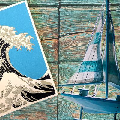 Postkort och modellsegelbåt.