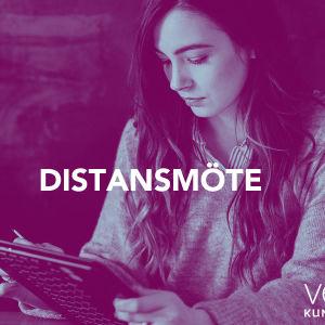 En kvinna har distansmöte.
