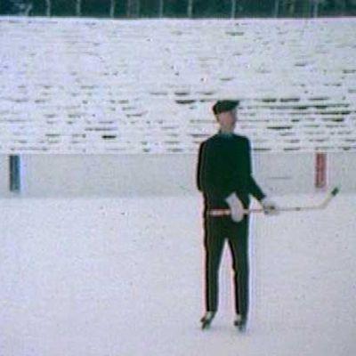 Jaakko Tiitola jääkiekkokaukalossa.