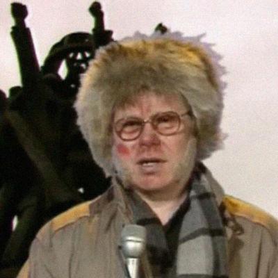 Toimittaja Aimo Surakka (Jorma Pilke) raportoi Iltalypsy-ohjelmassa.