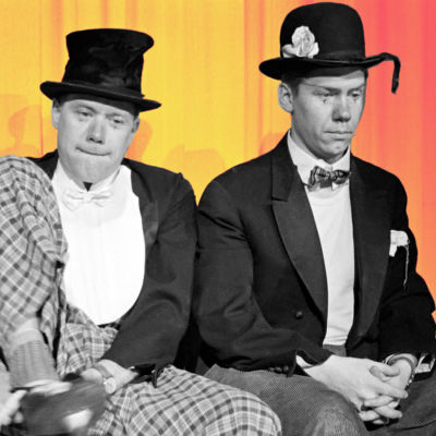 Två skådespelare i lustiga kostymer på Elantos lillajulsfest 1958.